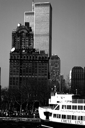 [Circle Line Boat and Twin Towers - bw_wtc060115.jpg - 129600 Bytes]