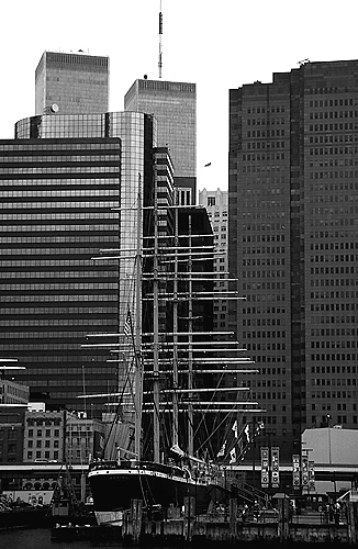 [World Trade Center from South Street Seaport - bw_wtc06012_10.jpg - 127288 Bytes]