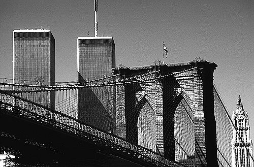 [World Trade Center and Brooklyn Bridge - bw_wtc51109933.jpg - 149500 Bytes]