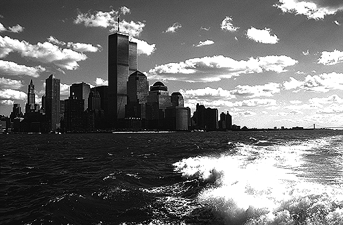 [Hudson River View of World Trade Center with Wake - bw_wtc57109932.jpg - 142660 Bytes]